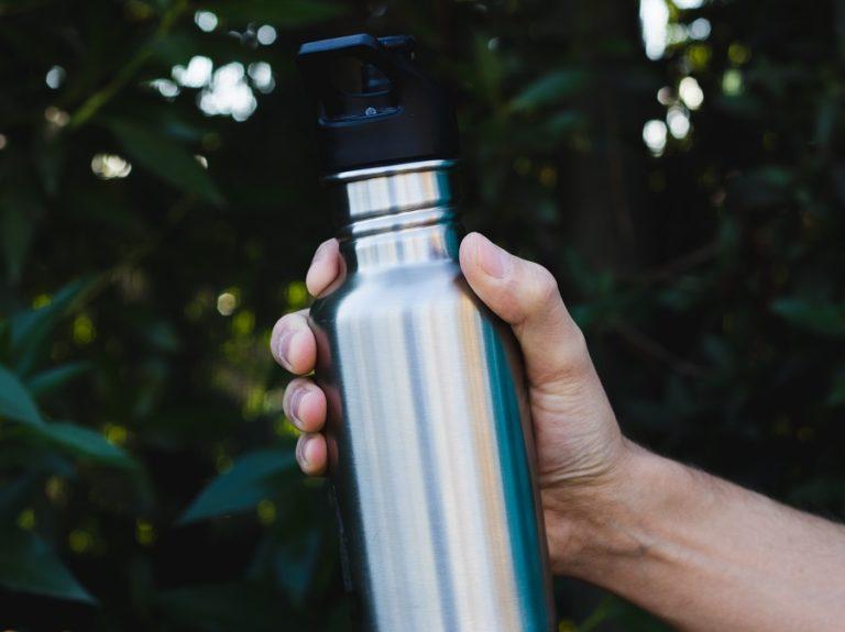 Water meenemen tijdens het wandelen of fietsen is zeer belangrijk. Voldoende drinken is belangrijk tijdens inspanning.