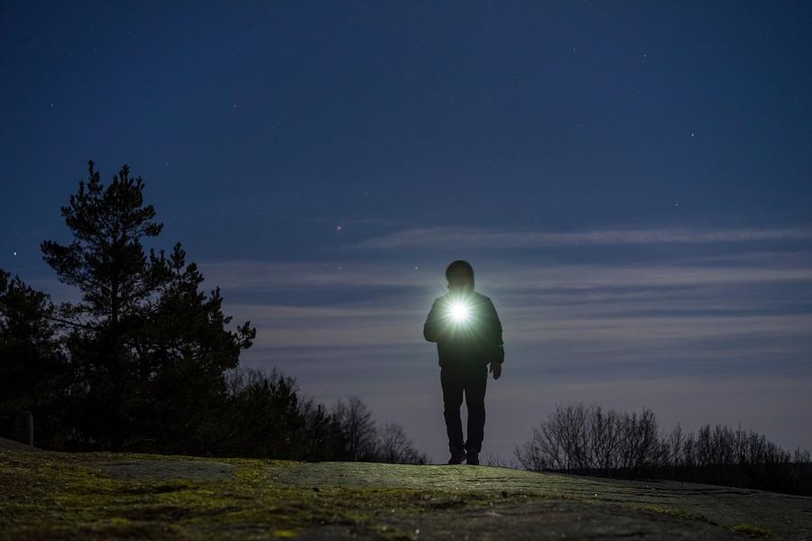 Veilig alleen wandelen is belangrijk. In het donker dien je goed zichtbaar te zijn - Toeractief